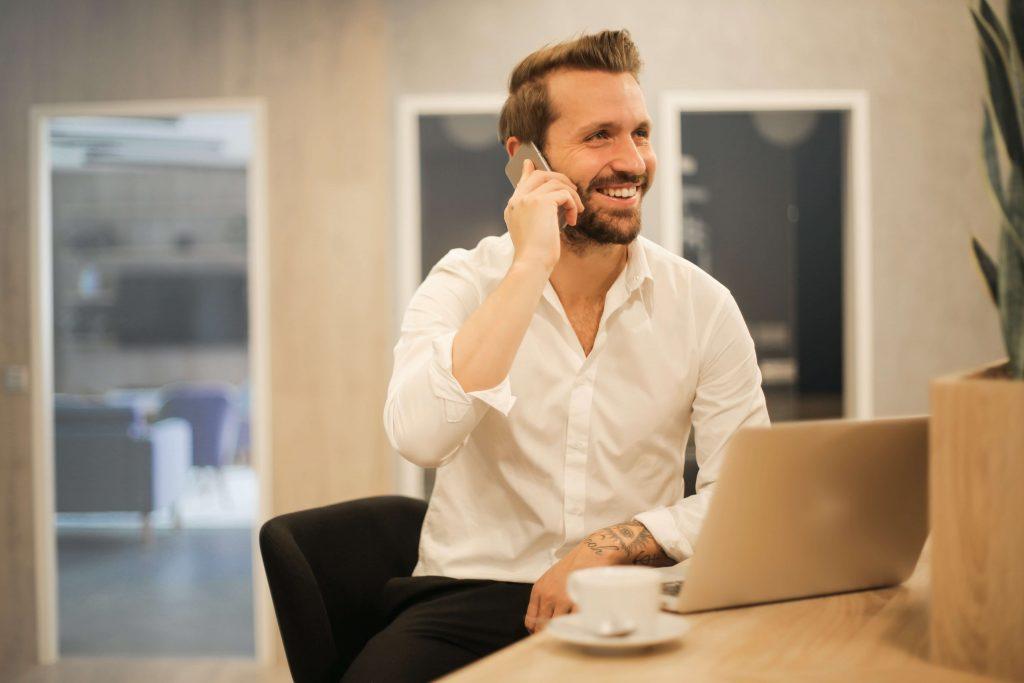 mann betreibt neukundenakquise am telefon für index anzeigendaten